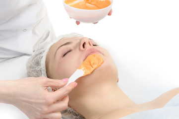 alginate facial mask applying