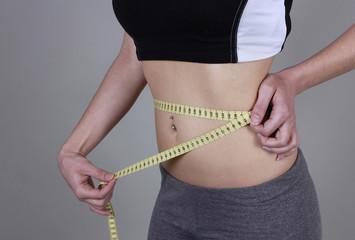 Mujer midiendo la cintura