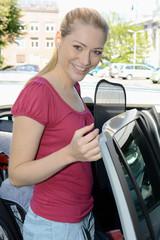 Frau befestigt Sonnenschutz an Autofenster
