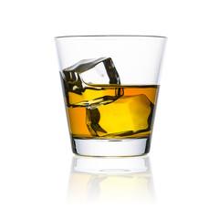 Whisky glas mit eiswürfeln freisteller