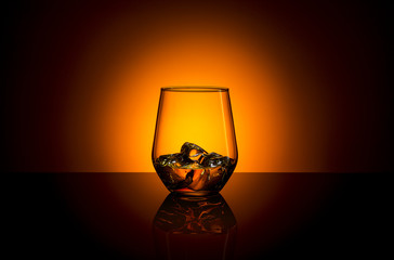 whisky glas im sonnenuntergang