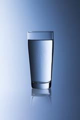 Wasserglas mit tau tropfen