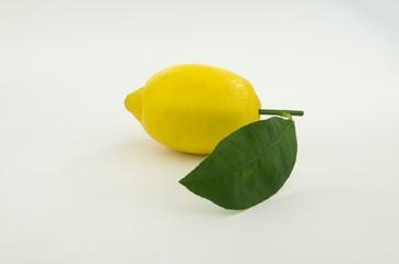 Frische Zitrone mit Blatt