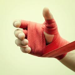 Забинтованная мужская рука боксера