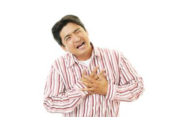 胸部痛を訴える男性