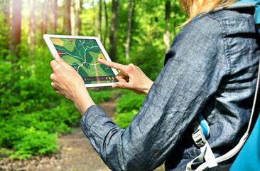 Hiking Woman with Tablet PC - Wandern mit Wander-App