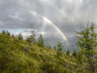 Gewitter mit Regenbogen in den Alpen in HDR