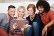 freunde schauen zusammen auf tablet-pc