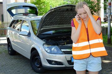 Frau telefoniert nach Auto-Panne