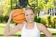 Sportliche Frau spielt Basketball