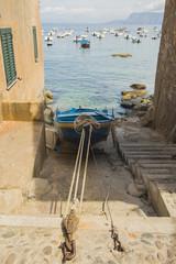 Rimessa Barca tra le case sul mare - Scilla