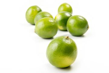 Lime verdi isolati su sfondo bianco