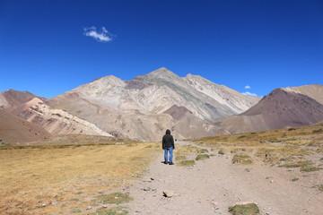 Hombre en cordillera de los Andes