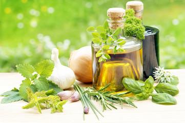 Küchenkräuter mit Essig und Öl