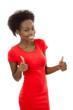 Lachende isoliert dunkelhäutige Frau in Rot