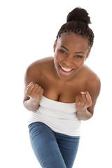 Glückliche lachende junge Afrikanerin isoliert auf Weiß