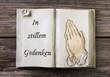 Tod: Betende Hände und Grab Worte im Buch als Dekoration