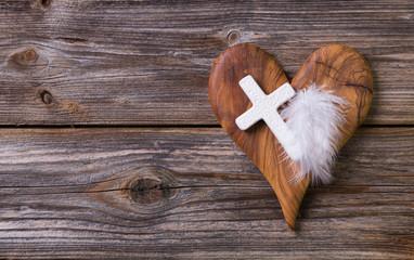 Trauer: Karte mit Holz Herz und Kreuz zur Beerdigung