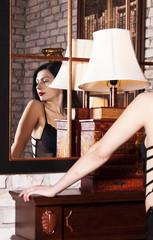 Девушка в интерьере перед зеркалом