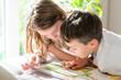 Schulkinder beim Lesen üben