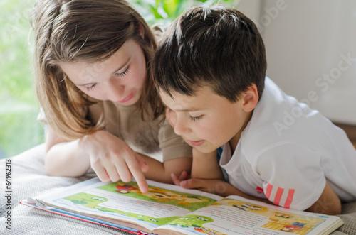 Leinwanddruck Bild Zwei Kinder lesen