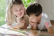 Leinwanddruck Bild Kinder lesen