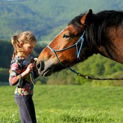 Mädchen mit Blume am Pferd