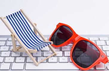 Tastatur Sonnenbrille Liegstuhl