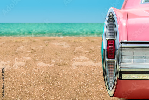 Poster Vintage pink car on the beach