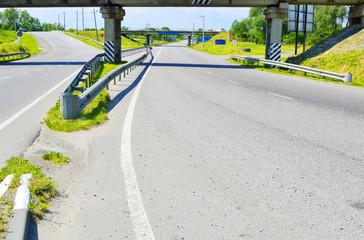 скоростная дорога проходящая под путепроводом