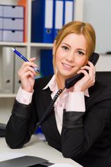 Auszubildende telefoniert im Büro.