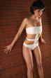 Frau in modernem Bikini