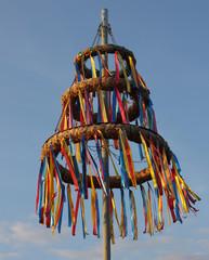 Maibaum mit bunten Bändern