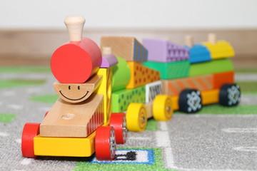 Eine Holzeisenbahn mit Gesicht