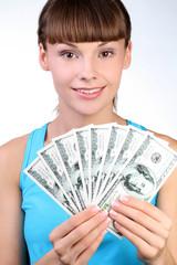 Симпатичная девушка с наличными деньгами в руках