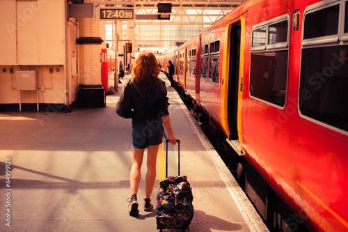Młoda kobieta na pokładzie pociągu