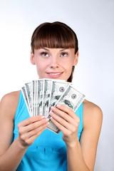 Девушка на светлом фоне с наличными деньгами