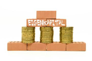 Miniziegelsteine mit Münzen und Eigenkapital