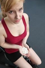 Pillen - Doping beim Sport im Fitnessstudio (Fokus auf Hände)