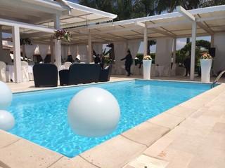 vista piscina con palloni