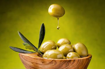 olive verdi con goccia di olio