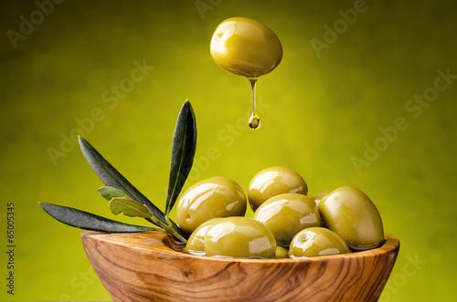 olive verdi con goccia di olio - 65005345