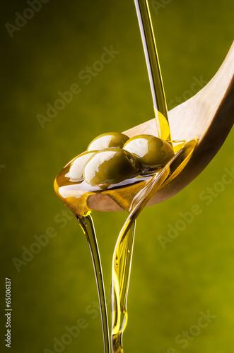 olio di oliva con sfondo verde - 65006137