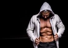 homme fort athlétique sur fond noir