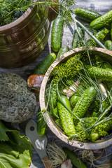 Pickling low-salt cucumbers in a clay pot