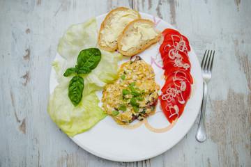 Jajecznica ze świerzym majerankiem, z pomidorami i sałatą