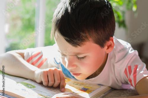 Leinwanddruck Bild - S.Kobold : Junge liest ein Buch