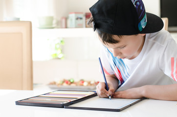Junge malt ein Bild