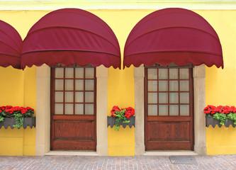 Fassade mit Markisen-Türen Vintage-Style