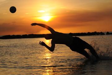 Bal vangen bij zonsondergang